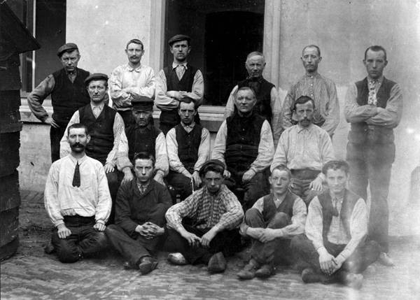 """Directie en Personeel van de eerste Scherpenzeels Stoomweverij """"De Driekleur"""" van de gebroeders T. en J.J. Valkenburg.  Foto uit omstreeks 1910."""