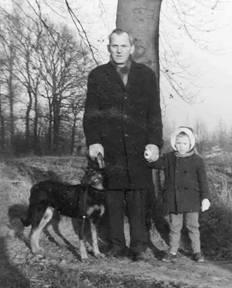 Ep van de Wetering op een wandeling met zijn hond en kleinzoon Bert