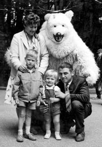 V.l.n.r. Moeder Cootje, de beide zoontjes Bert en Frans en vader Jan van de Wetering.