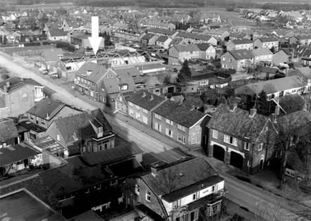 Foto genomen in 1992 tijdens de sloop van de Eierhal(zie pijl). Het pand rechts met de twee garagedeuren is garagebedrijf Van Ekris.
