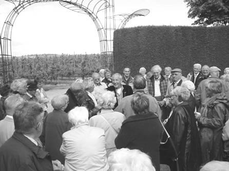 De boeiend vertellende Huub Kortekaas temidden van de aandachtige bezoekers uit Scherpenzeel.