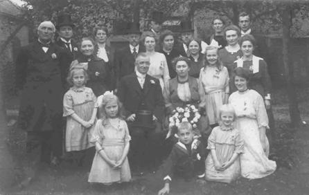 Groepsfoto t.g.v. het  huwelijk van Gerrit Carel Keij en Jannetje Schimmel op 29 september 1921. Geheel links zien we Albert Schimmel staan (geb. 4 oktober 1858), daarnaast, met hoge hoed,  ds. Johannes G. Keij, Jantje Berendse (geb. 8 juni 1856) en Mies van Renes, de vrouw van de dominee. Rechts naast de derde heer met hoge hoed staat Cor Schimmel en rechts naast haar Everdina (Dina) Schimmel.