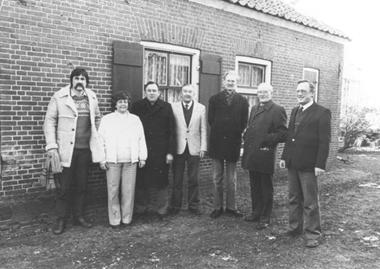 Het bestuur van Oud-Scherpenzeel eind jaren '70. V.l.n.r.: Martin Wassen, Conny Eichelsheim, Johan Lagerweij, Cees Boutkan, Willem van Maaren, Han Blaas, Jan Osnabrugge. De foto is genomen bij het zgn. 'Keujenest', een oud boerderijtje achter het kerkgebouw aan de Holevoetlaan.