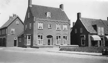 Café De Prins met rechts daarnaast het winkelpand van Methorst Manufacturen in 1941 na de wederopbouw.