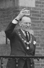 Burgemeester Hoytema van Konijnenburg heft in 1967 het glas op de geboorte van kroonprins Willem-Alexander.