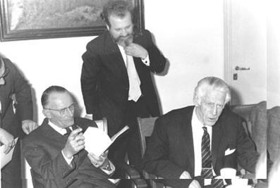 """Een aantal mannen van het eerste uur. V.l.n.r: burgemeester Hoytema van Konijnenburg, dhr. Laansma (voorzitter) en dhr. Ad G. Muller (secretaris). De foto is genomen tijdens het aanbieden van het boekje """"Nederlandse Historiën"""" in 1971."""
