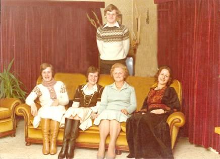 Staand Dick; zittend vlnr Hennie, Paula, mevrouw Broertjes en Leida