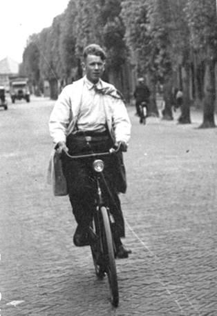Dirk Veer fietsend door de Dorpsstraat