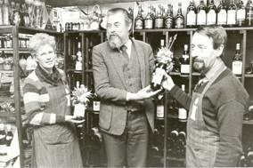 Wethouder Kroodsma neemt huiswijn in ontvangst, 1983