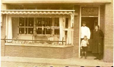 Winkel in Marktstraat ± 1935. Jan Willem, Wijntje en Jan van Engelenhoven.