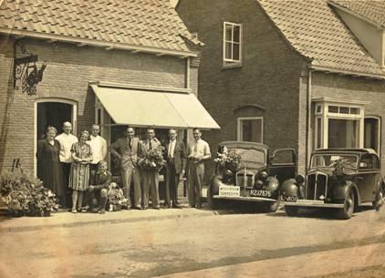 Opening 1941. Links echtpaar Van Engelenhoven, daarnaast Cees.