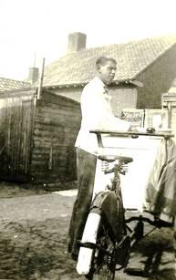 Jan van Engelenhoven met ijscokar, begin jaren vijftig.