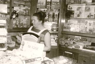 Mevrouw Ritmeester in de winkel.