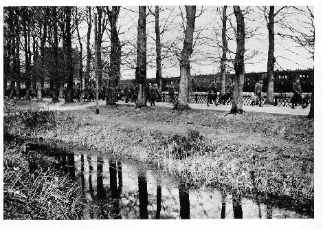 Nederlandse militairen tijdens de mobilisatie; op de achtergrond het stationsgebouw.