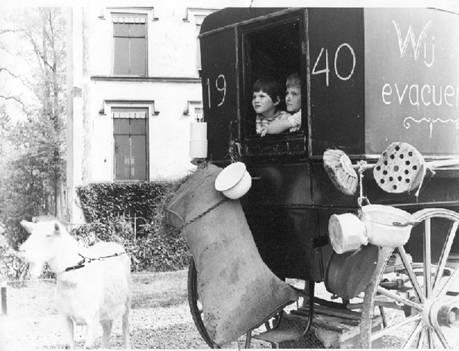 Bevrijdingsoptocht 1955. Koets voor huis Scherpenzeel met Elly en Piet Renken. Kinderen van dokter Renken.