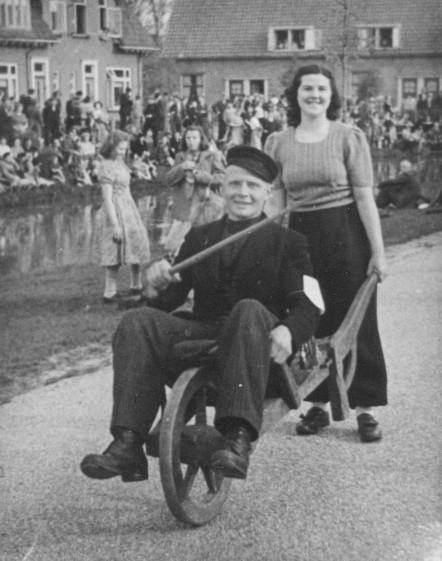 Volksspelen 1950 ter gelegenheid van 5 jaar bevrijding. Achter de kruiwagen Aartje Dupree (Wolfswinkel).