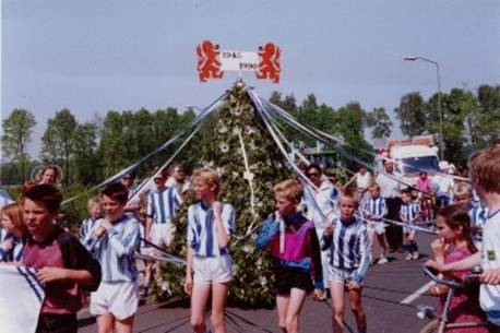 VV Scherpenzeel in de optocht op Bevrijdingsdag 1990.